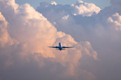 Boeing 737-800 na nuvem fotografia de stock royalty free