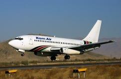 BOEING 737 BIJ DE LUCHTHAVEN VAN KABOEL Stock Afbeelding