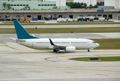 Boeing 737 che rulla sulla pista Fotografia Stock Libera da Diritti