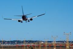 Boeing 737 in der Seitenwindlandung. lizenzfreie stockfotografie