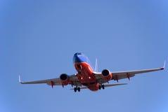 Boeing 737 die landt Stock Afbeeldingen