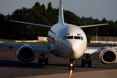 Boeing 737 am NARITA-FLUGHAFEN Stockfotos