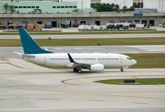 Boeing 737 que taxiing na pista de decolagem Fotografia de Stock Royalty Free