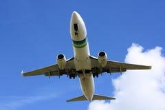 Boeing 737 sur des finales image stock