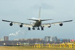 Boeing 747 alrededor al momento del aterrizaje Imagen de archivo