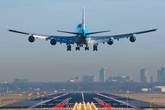 Boeing 747 alrededor al momento del aterrizaje Foto de archivo libre de regalías