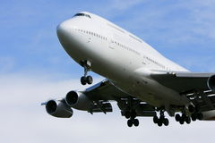 Boeing 747 flying low overhead. Royalty Free Stock Photography