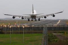 Boeing 747 jumbo - αεριωθούμενη προσγείωση στο διάδρομο. Στοκ Εικόνα