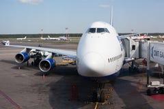 Boeing-747 no aeroporto de Domodedovo em Moscovo, Rússia Fotografia de Stock Royalty Free