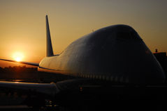 Boeing-747 am Sonnenuntergang Lizenzfreie Stockfotografie