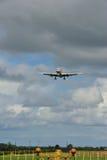 Boeing 757 là-dessus est approche finale Photo libre de droits