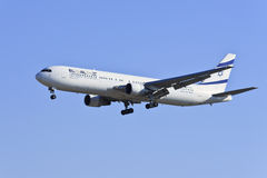 Boeing 767-330ER landning i Beijing Royaltyfria Foton