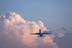 Boeing 767 in die Wolke lizenzfreie stockbilder