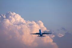 Boeing 767 na nuvem imagens de stock royalty free