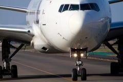 Boeing 777 en el AEROPUERTO de NARITA imagen de archivo libre de regalías