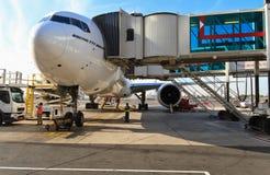 Boeing 777 i den Dubai flygplatsen Royaltyfria Bilder