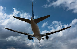 Boeing 777 At Itami AIRPORT Royalty Free Stock Photography