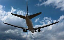 Boeing 777 am Itami-FLUGHAFEN Lizenzfreie Stockfotografie