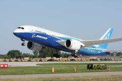 Boeing 787 Dreamliner durante il decollo immagini stock libere da diritti
