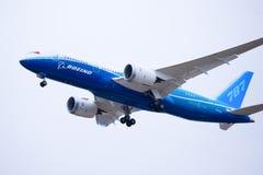 Boeing 787 Dreamliner entfernt sich Lizenzfreie Stockfotos