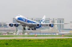 Boeing 747 abclastflygbolag, flygplats Pulkovo, Ryssland St Petersburg Augusti 2016 Arkivfoto