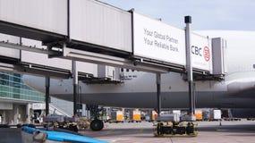 Boeing 747-400 ad un portone dell'aeroporto immagini stock libere da diritti
