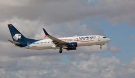 Boeing 737 Aeromexico landning på Miami Royaltyfri Bild