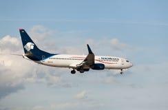 Boeing 737 Aeromexico landning på Miami den internationella flygplatsen Arkivbilder