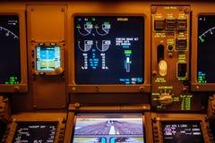 Boeing 777 affichages d'habitacle de tableau de bord Photographie stock libre de droits