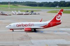 Boeing Airberlin i flygplatsen Hamburg Fotografering för Bildbyråer