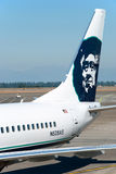 Boeing Alaska Airlines listo al embarque en Seattle-Tacoma inter Imagen de archivo libre de regalías