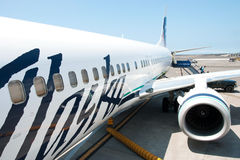 Boeing Alaska Airlines prêt à l'embarquement dans Kona à l'inte de Keahole Images libres de droits