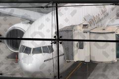 Boeing-777 angekoppelt in Dubai-Flughafen Stockbild