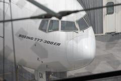 Boeing-777 angekoppelt in Dubai-Flughafen Lizenzfreie Stockfotos