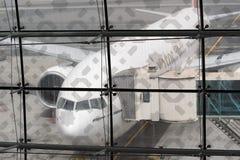 Boeing-777 angekoppelt in Dubai-Flughafen Lizenzfreies Stockfoto