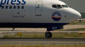 Boeing 737 antes de la salida almacen de video