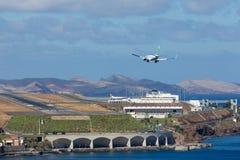 Boeing 737 approche l'aéroport de Funchal chez la Madère, Portugal Photos libres de droits