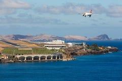 Boeing 737 approche l'aéroport de Funchal chez la Madère, Portugal Images libres de droits