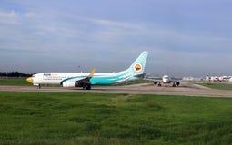Boeing 737-8AS av Nokair parkering på landningsbanan som ska förberedas för flyg arkivfoto