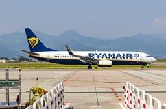 Boeing 737-8AS Ryanair sur la piste dans l'aéroport de Bergame Photographie stock libre de droits