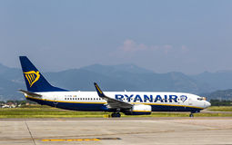 Boeing 737-8AS Ryanair sur la piste dans l'aéroport de Bergame Images libres de droits