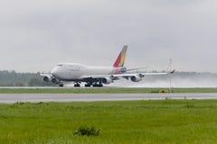 Boeing 747 Asiana last tar av Royaltyfri Foto