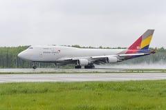 Boeing 747 Asiana last tar av Royaltyfria Foton