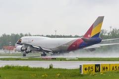 Boeing 747 Asiana last tar av Royaltyfri Bild