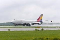 Boeing 747 Asiana last tar av Royaltyfria Bilder