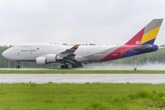 Boeing 747 Asiana last tar av Arkivfoton