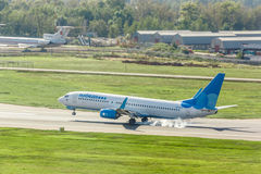Boeing 737 atterrato sulla pista Immagine Stock