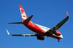 Boeing 737-700 auf kurzem Schluss zu OTP Stockfotos