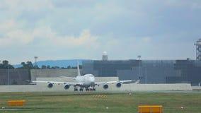 Boeing 747 auf Rollbahn stock video footage