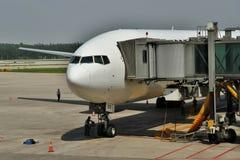 Boeing 777 aux portes Images stock